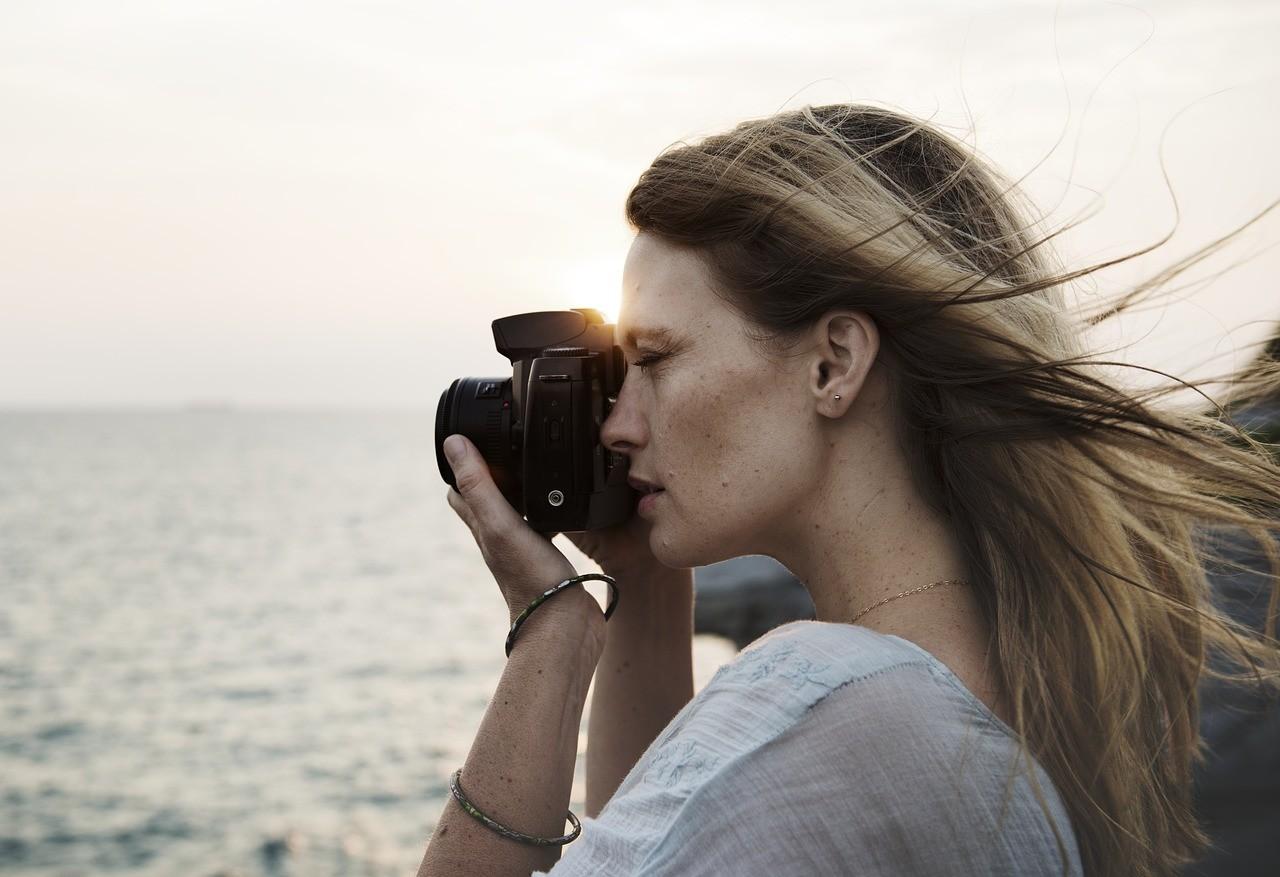 一人旅で観光を楽しむ女性