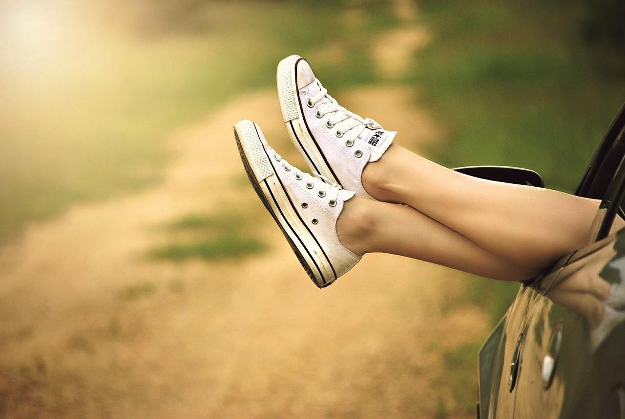 女性の足元の脈ありサイン