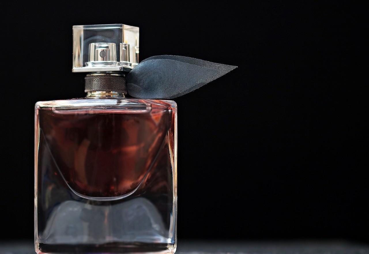 香水の臭いが香る色気のある男性