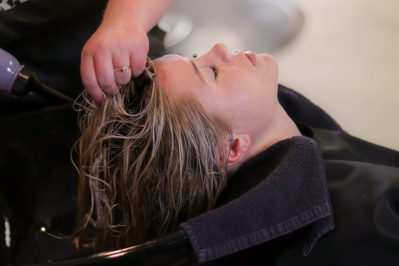資格がある女性美容師