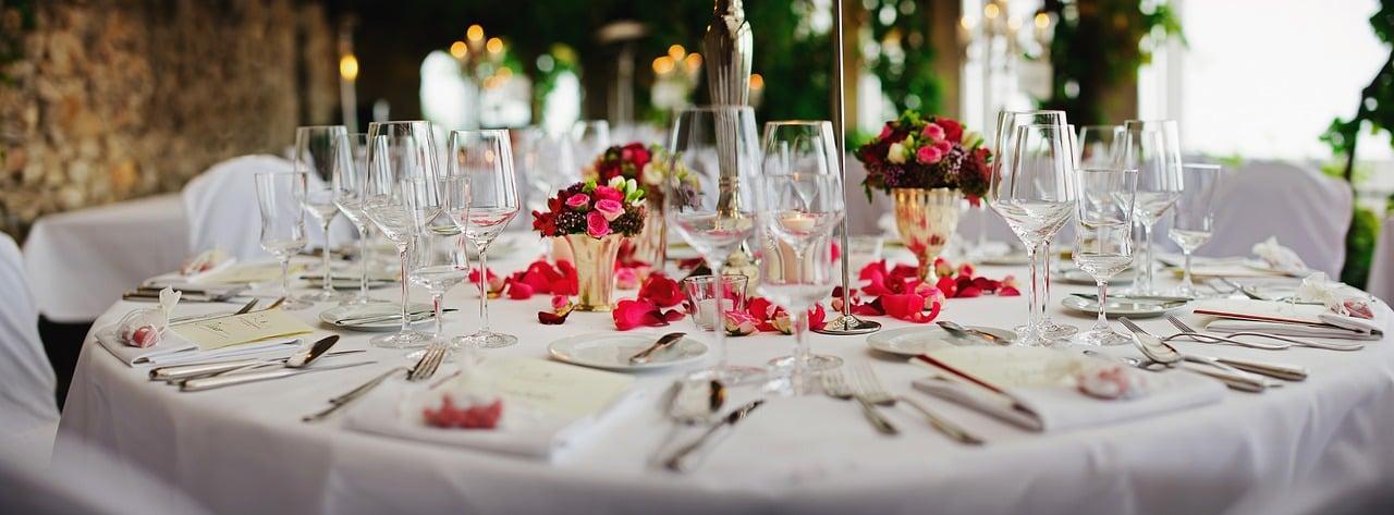 結婚式に集まる人